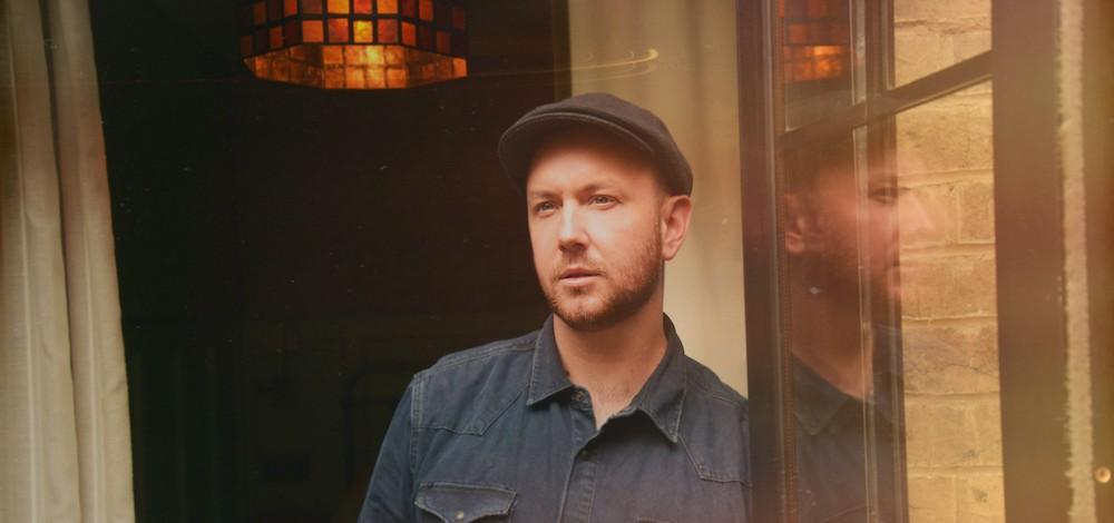 Jau šovakar pirmo reizi Latvijā uzstāsies amerikāņu dziesminieks Mets Saimonss